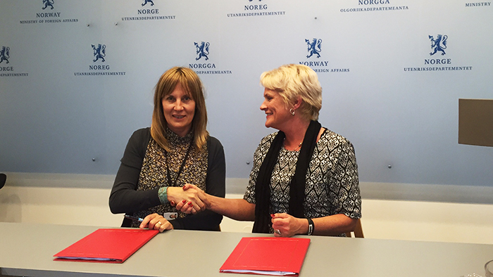 General Secretary Anne-Marie Helland and the director of MFA's Section for Humanitarian Affairs, Hilde Haraldstad, signs the three-year cooperation agreement on WASH.