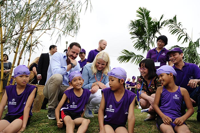 H.R.H Crown Prince Haakon and H.R.H Crown Princess Mette-Marit visit a swimming class